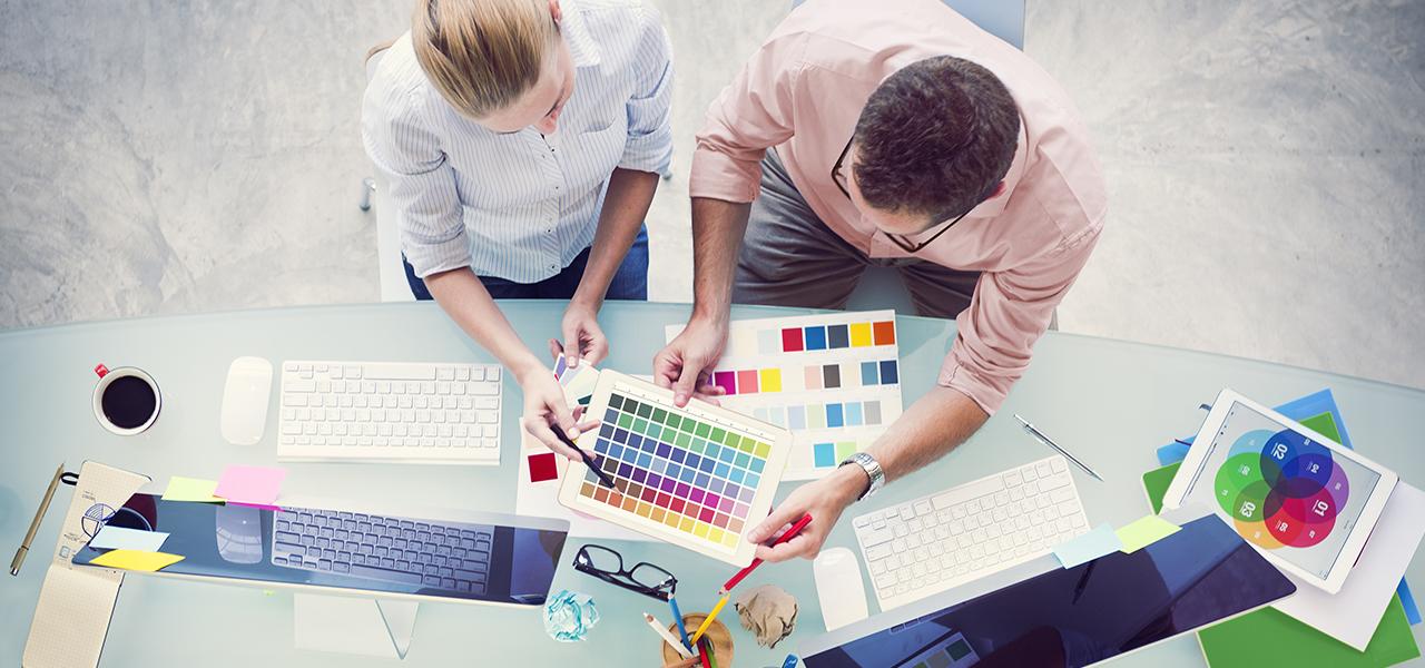 Webdesign - Foto 2 webdesigners vergelijken kleuren